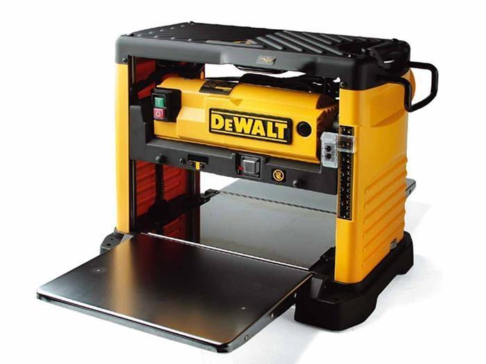 Компактный рейсмусовый станок DeWalt DW733 профессионально (аккуратно, точно и безопасно) снимет стружку с древесины. Оптимально подходит для монтажа благодаря удобным для транспортировки габаритам и малому весу. Быстро и легко устанавливается на подставку. Инструмент рассчитан на работу в течение продолжительного времени при минимальном техническом обслуживании.